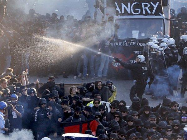 Милиция вГамбурге применила против демонстрантов водометы