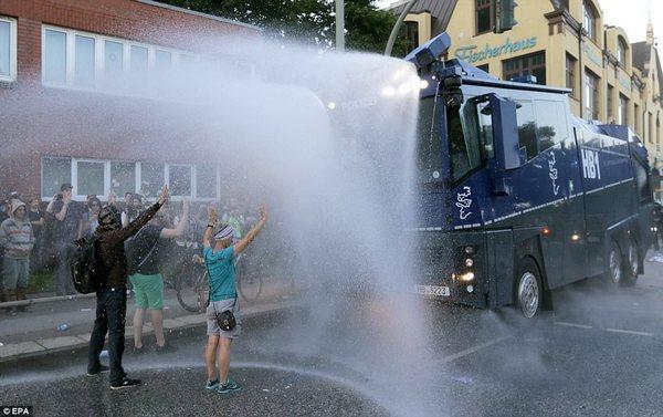 Впроцессе протестов антиглобалистов вГамбурге пострадали 74 полицейских