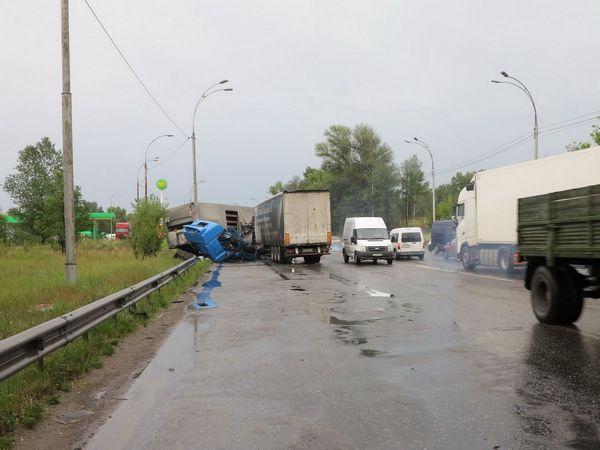 Столичные cотрудники экстренных служб деблокировали после ДТП водителей 2-х фургонов, обнародованы фото