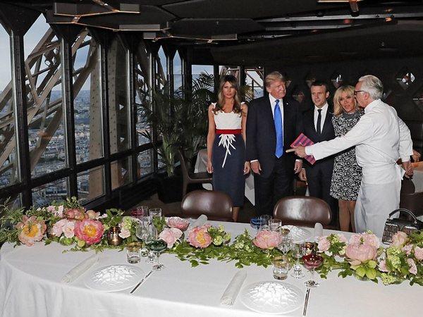 Мелания Трамп вкроваво-красном наряде прибыла вПариж наДень взятия Бастилии
