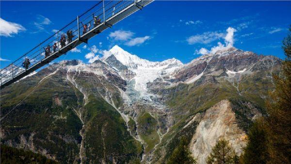 Самый длинный висячий пешеходный мост открыли вшвейцарском Вале
