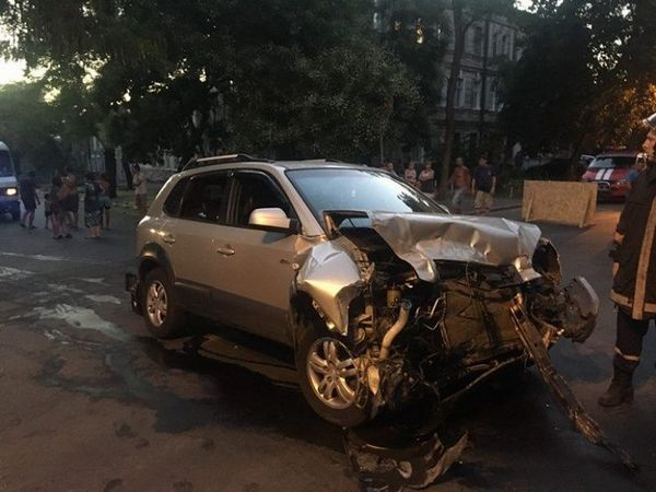 Жуткое столкновение джипа имаршрутки вОдессе: момент ДТП попал накамеру