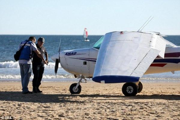 ВПортугалии самолет экстренно приземлился на берег, есть жертвы