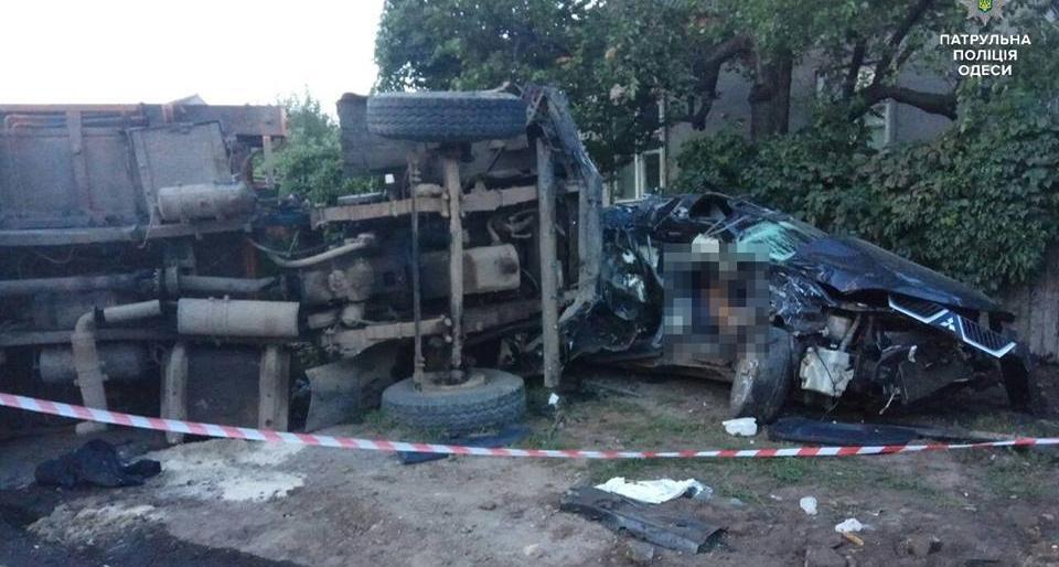 ДТП вОдессе: cотрудники экстренных служб вырезали дверь, чтобы достать тело погибшего пассажира «Mitsubishi»