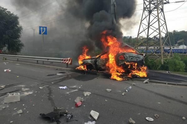 Киев: машина влетела в столб и взорвалась