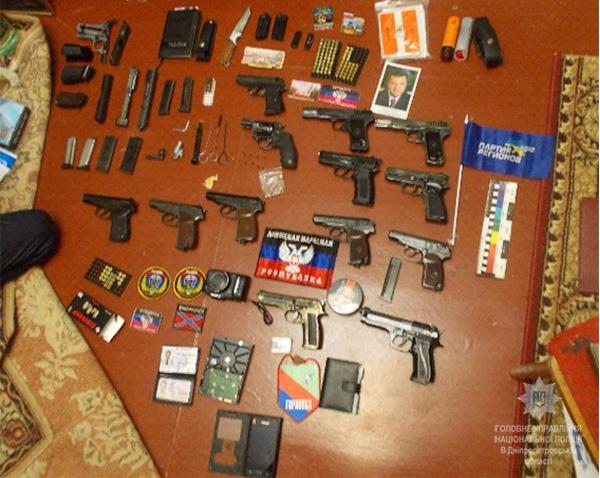 Нацполиция: гражданин Желтых Вод сохранял дома арсенал оружия иколлекцию символики «ДНР»