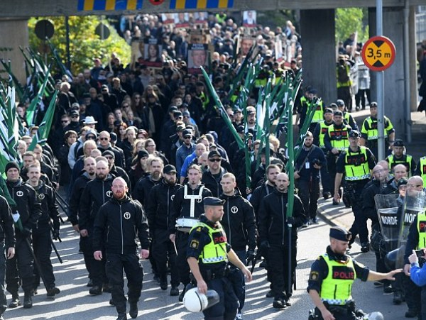 Шведские неонацисты накинулись наполицию вГётеборге— появились первые видео