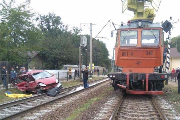 Под Киевом поезд смял пытавшуюся проскочить напереезде легковушку, водитель погиб