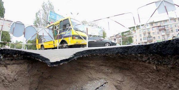ВОдессе часть дороги ушла под землю натри метра