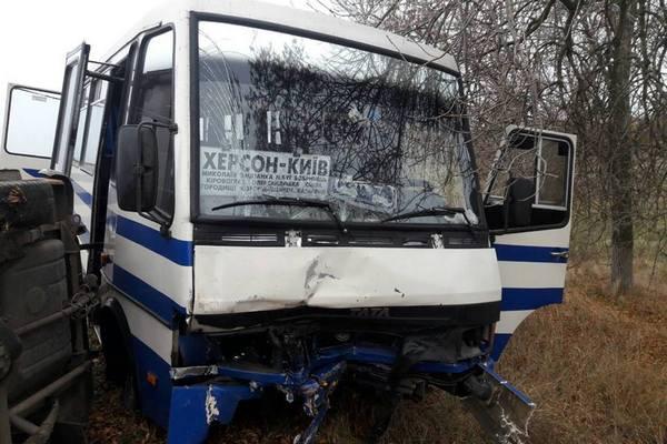 В итоге  столкновения автобуса илегковушки вНиколаевской области умер  человек