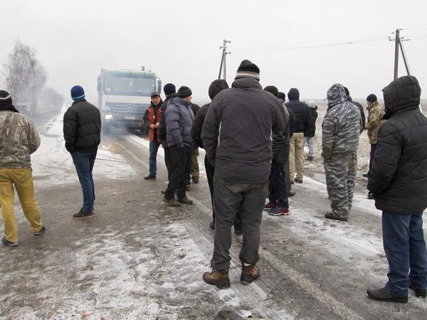 На Киевщине жители одного из сел перекрыли дорогу, фото-4
