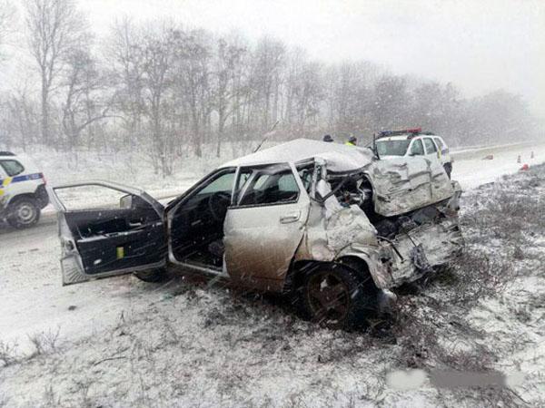 ВДонецкой области после столкновения савтомобилем перевернулся автобус с25 пассажирами