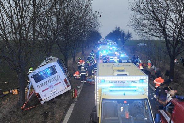 Столкновение автобуса слегковушкой окончилось трагически: трое погибших и30 пострадавших