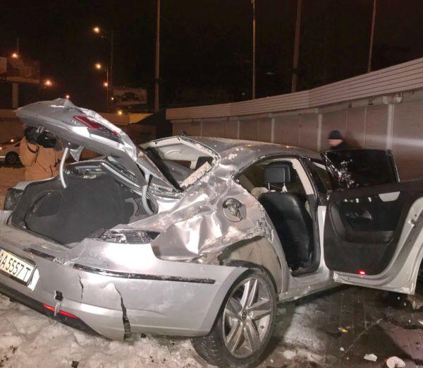Жуткое ДТП вКиеве: VW снес отбойник ивлетел вподземный переход