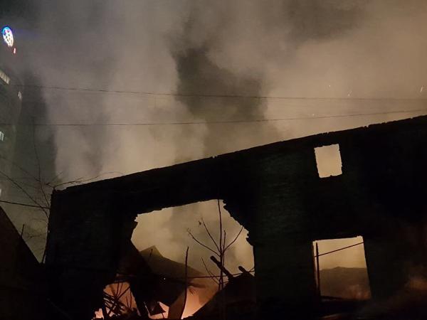 ВДнепре неменее 6-ти часов тушили горящее сооружение