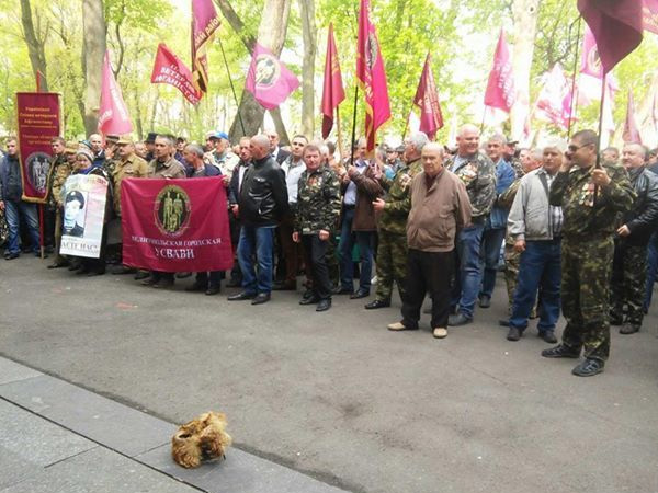 Каплин спенсионерами перекрыл Грушевского и грозит штурмом Кабмина