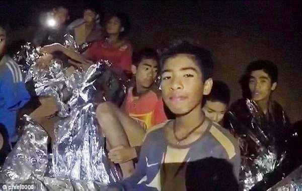 """""""Женская грудь"""" спасла юных футболистов, оказавшихся в подземной ловушке в Таиланде"""