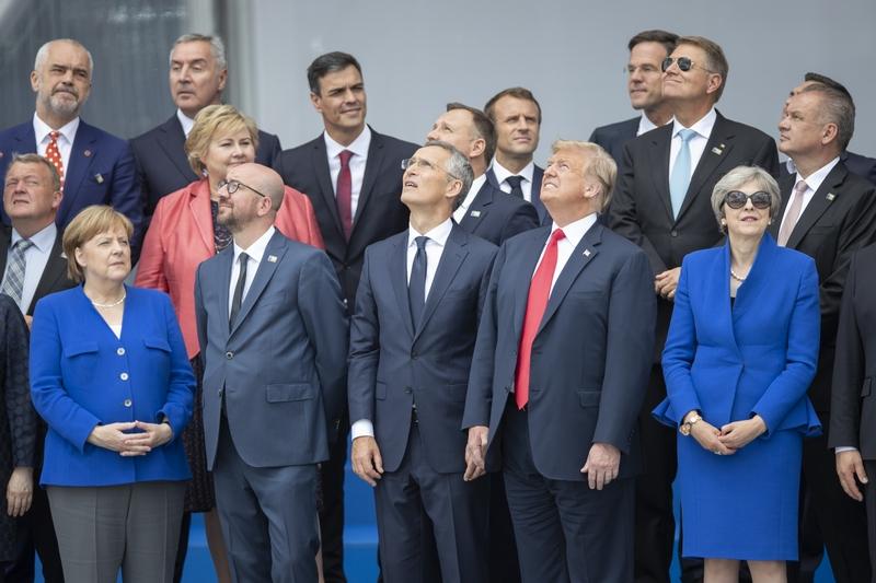 Отчитав в Брюсселе Меркель и Столтенберга, Трамп полетел в Лондон к Елизавете II