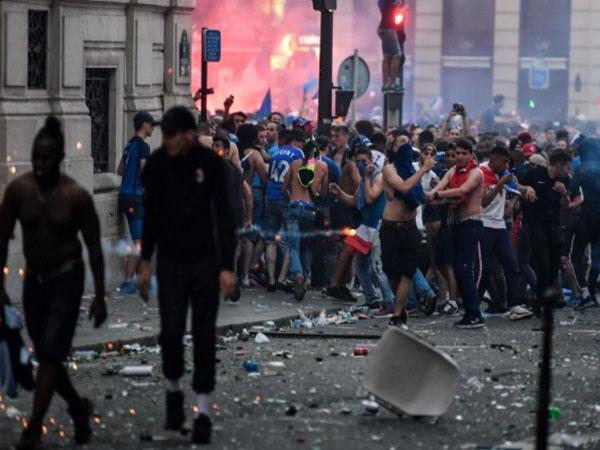 Поджоги, водометы и погибшие: французы отметили победу на ЧМ-2018 (фото, обновлено)