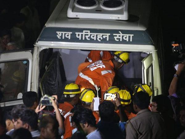 Многоэтажный дом упал на стройплощадку в Индии: под завалами оказались десятки человек