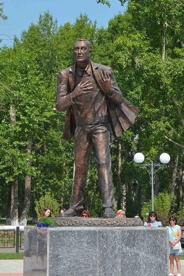 Не фотошоп: в сети подняли на смех памятник известному поэту в России