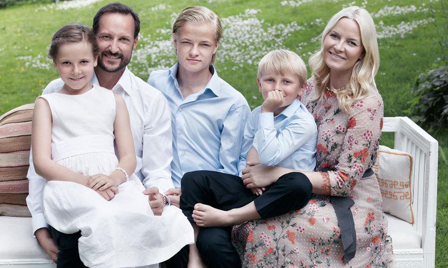 По стопам принца Гарри: сын кронпринцессы Норвегии встречается с моделью-простолюдинкой