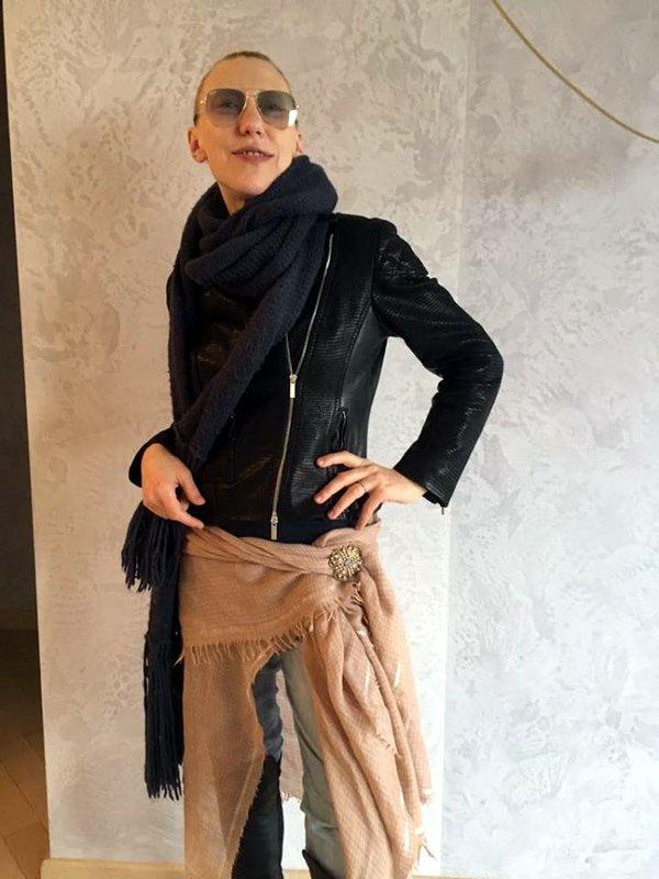 Ирина Бейли  «Тем, кто любит носить короткие куртки, советую дополнять их  теплыми платками… на бедрах» 397e7d831fe