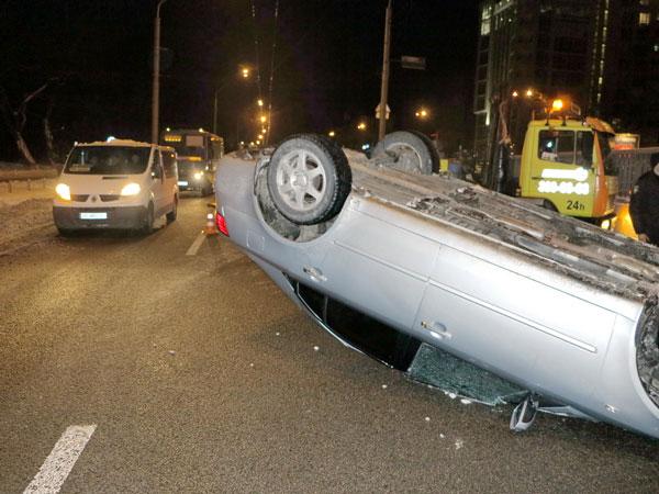 Toyota с ребенком в салоне улеглась на крышу: в Киеве произошло ДТП возле метро «Нивки»