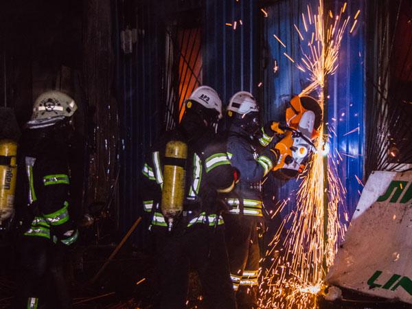 Огонь идым донебес: вКиеве среди ночи вспыхнул рынок
