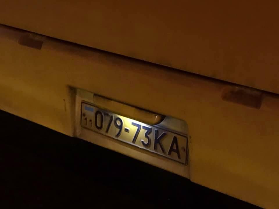 Назвал идиоткой и потоптался по телефону ногами: в сети показали киевского кондуктора-хама