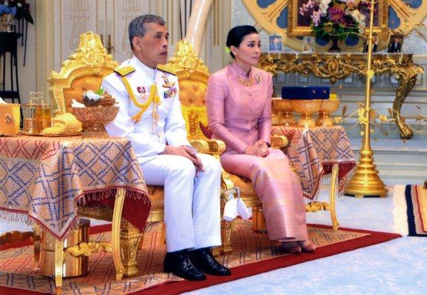 Появилось видео со свадьбы короля Таиланда: невеста большую часть церемонии пролежала на полу