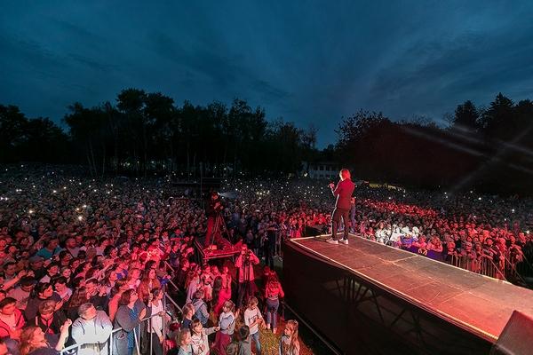 Олег Винник дал бесплатный концерт в особенном селе и не стеснялся слёз (Фото/Видео). Новости Днепра