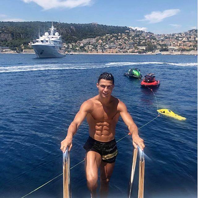 Роналду оставил сотрудникам греческого курорта 20 тыс. евро «чаевых»