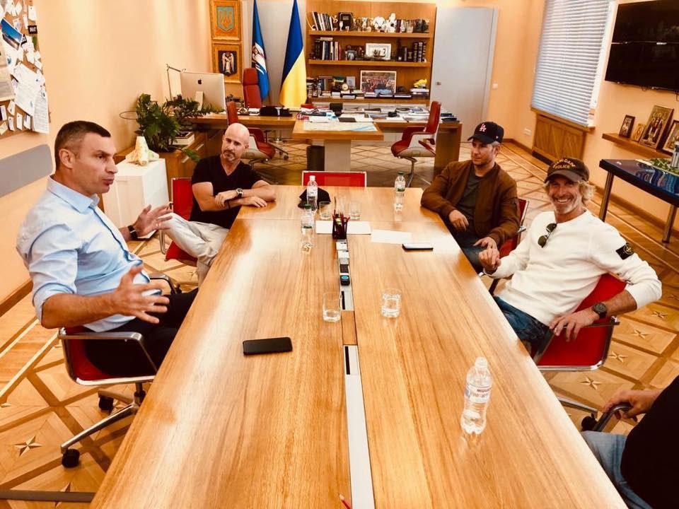 Встолицу страны Украина прилетел известный кинорежиссер: присматривает места для съемок