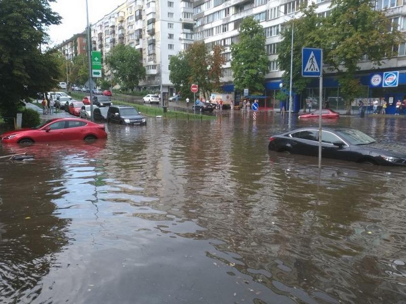 Ливень затопил станцию метро вКиеве