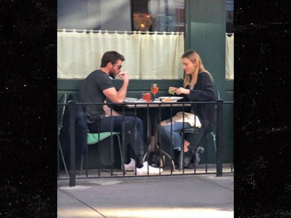 Бывший муж Майли Сайрус показал новую девушку
