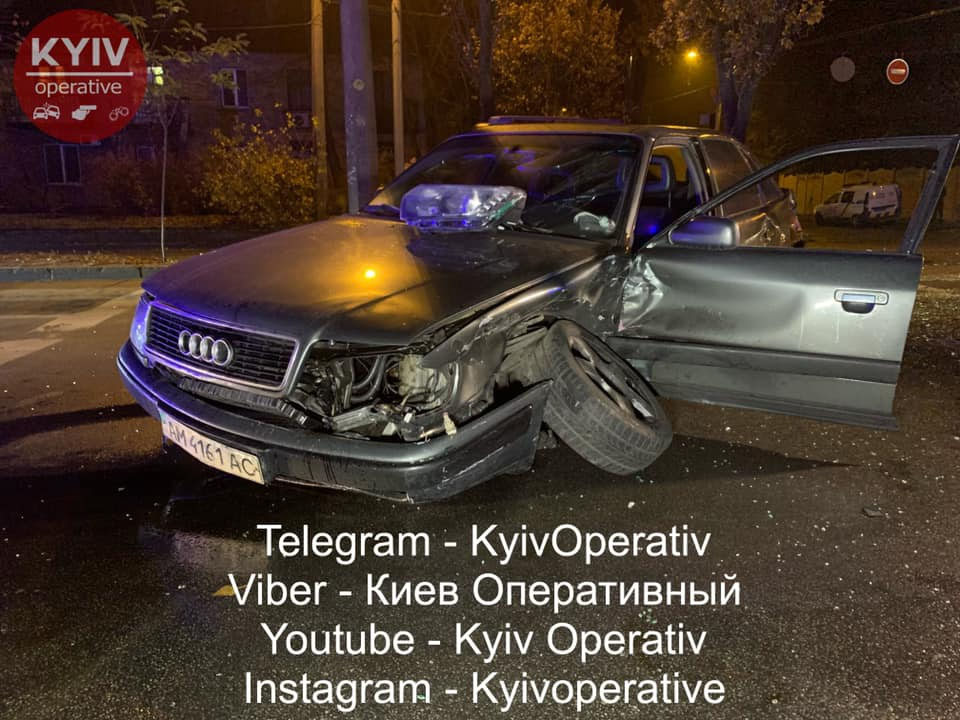 У Києві таксі протаранило поліцейське авто
