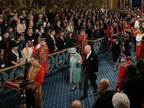 Принц Чарльз уснул, пока королева ЕлизаветаII произносила речь (ВИДЕО)