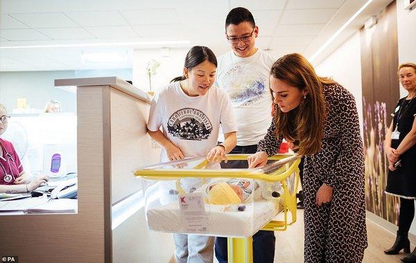 В Сети появились яркие снимки Кейт Миддлтон, проходящей «практику» в родильном отделении (ФОТО)