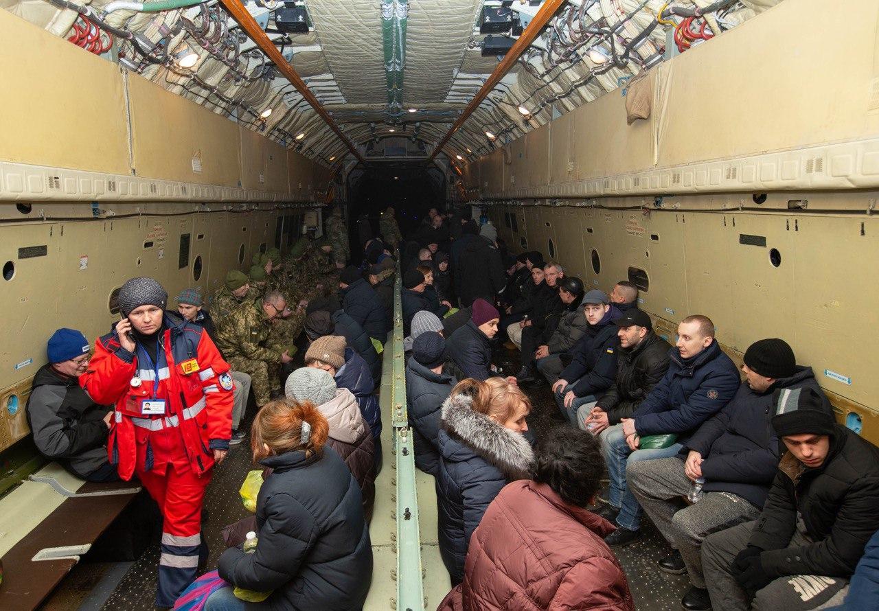 Картинки по запросу Видео встречи освобожденных в аэропорту Борисполь