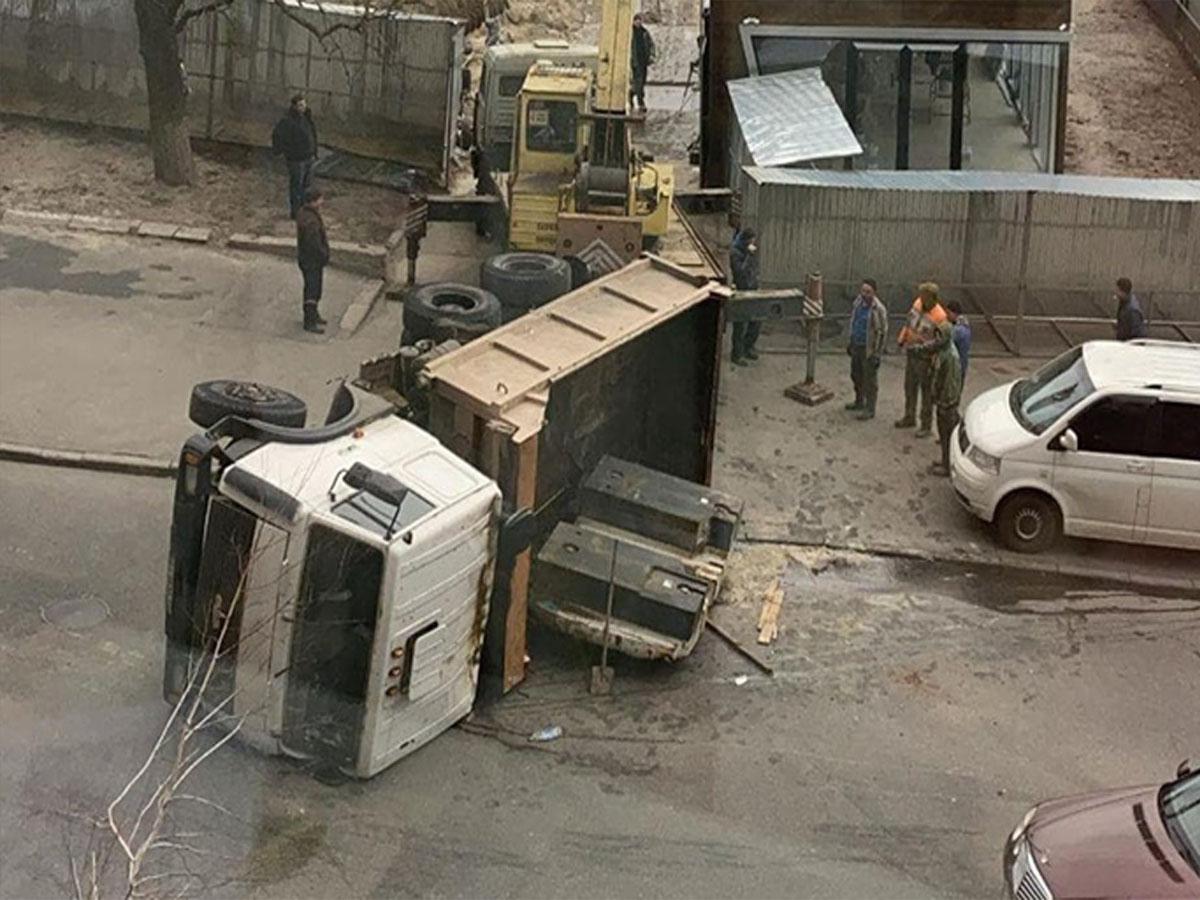 Перекинувся вантажівка заблокував рух в центрі Києва