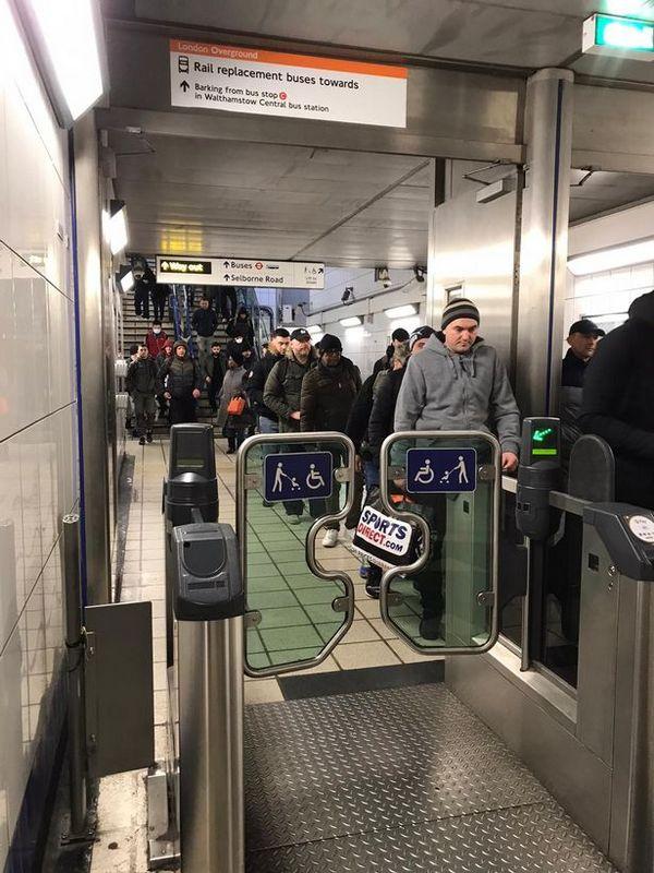 Який ще карантин: в Лондоні натовпу людей без масок штурмують метро