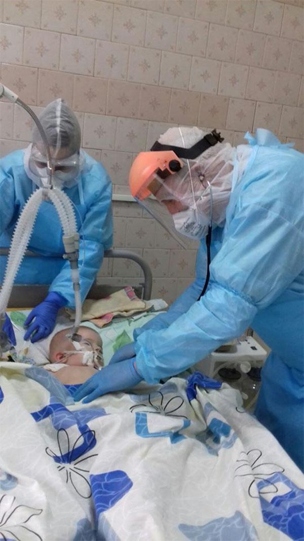 """""""Воины света"""": на Винниччине медики сутки напролет спасают жизнь ребенка, больного COVID-19 (фото), фото-1"""