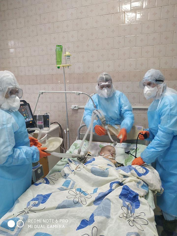 """""""Воины света"""": на Винниччине медики сутки напролет спасают жизнь ребенка, больного COVID-19 (фото), фото-2"""