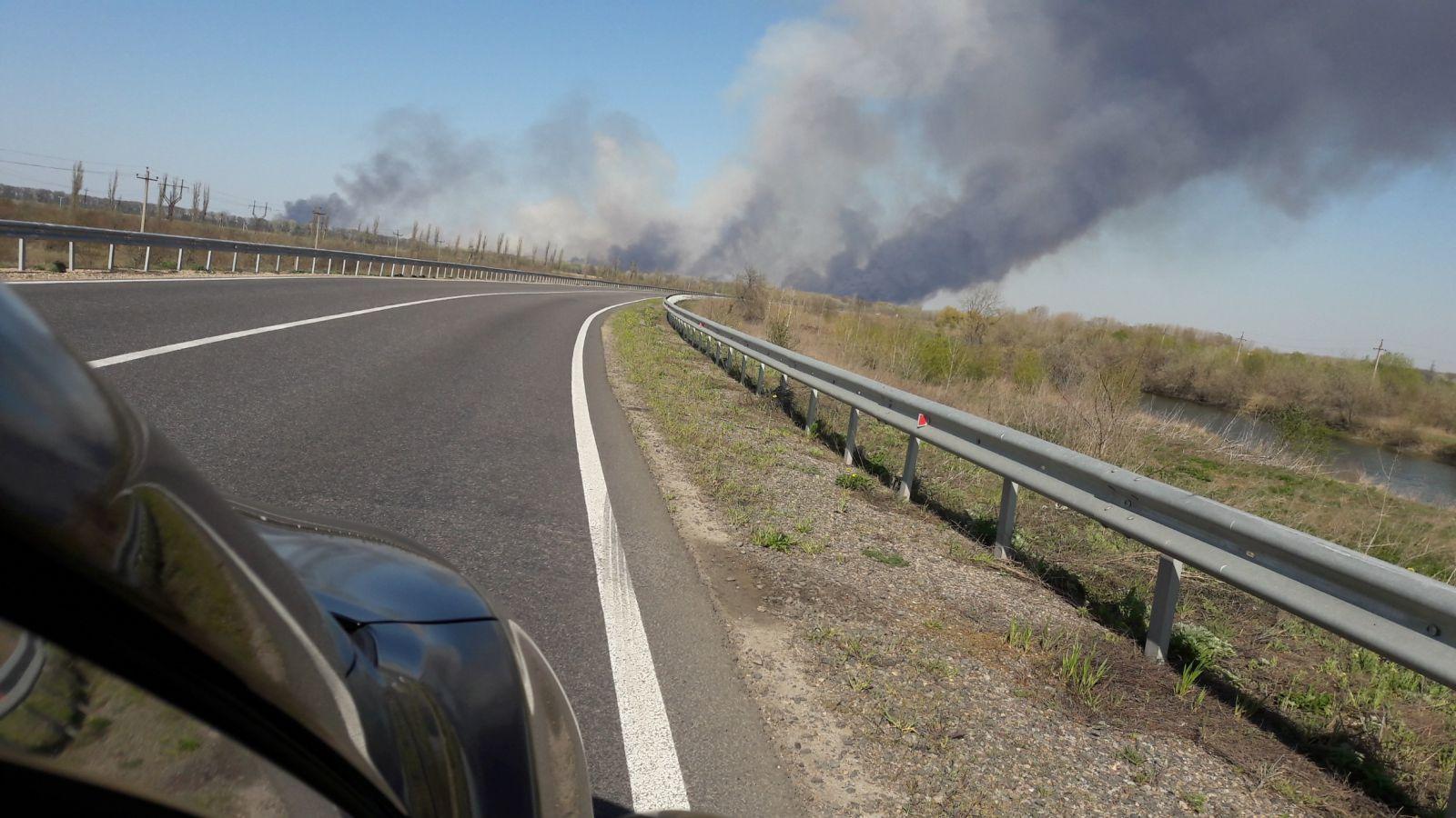 Чорний дим видно за багато кілометрів: під Одесою спалахнула пожежа в природному парку