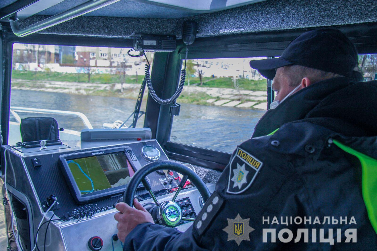 У Києві зібралися в громадських місцях розганяли дронамі з гучномовцями