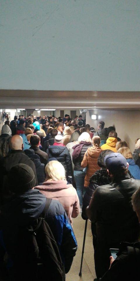 У розпал епідемії коронавируса в московському метро утворилися величезні черги: мережа розбурхали фото